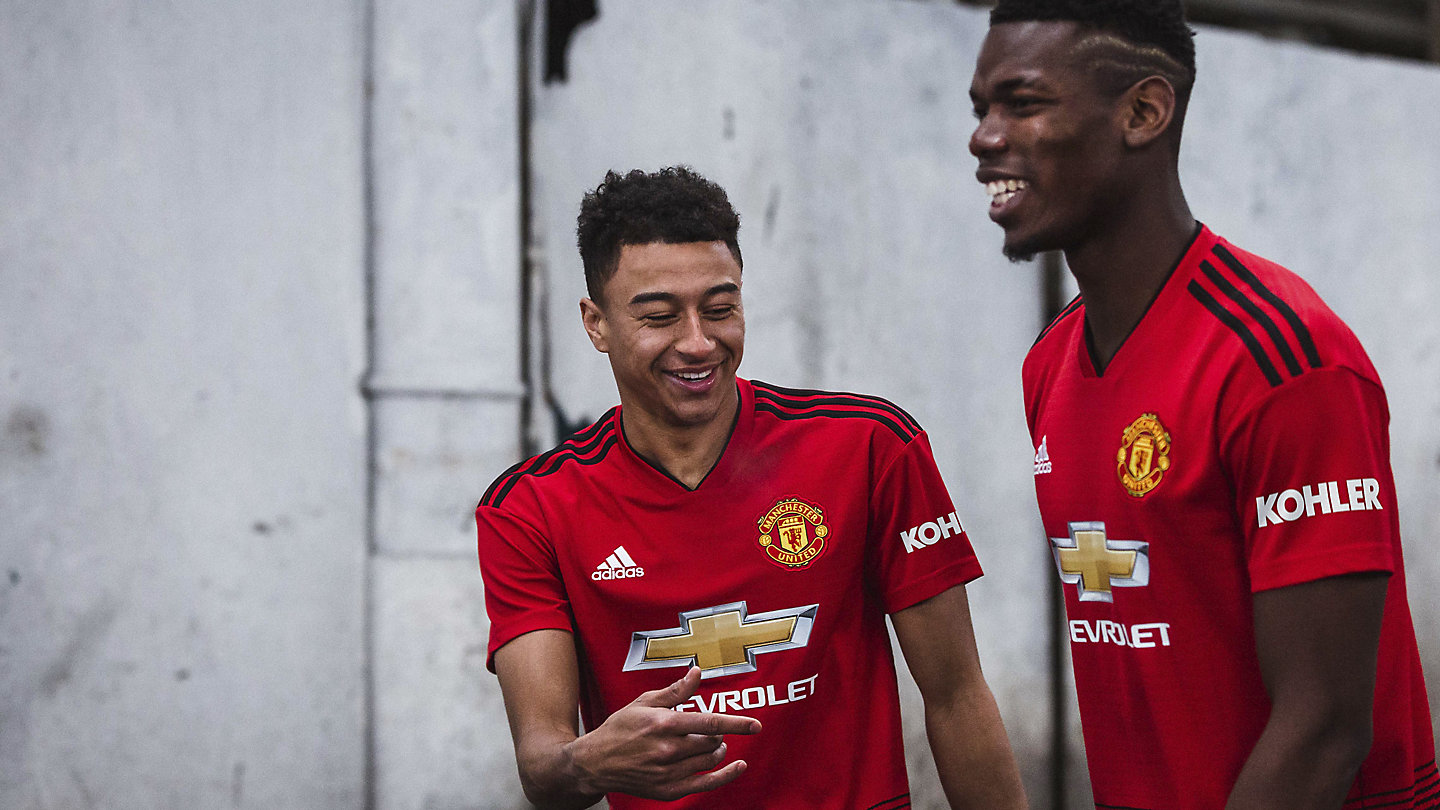 Two players from Manchester United in their jerseys